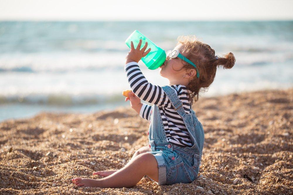 Dievčatko pijúce vodu z fľaše