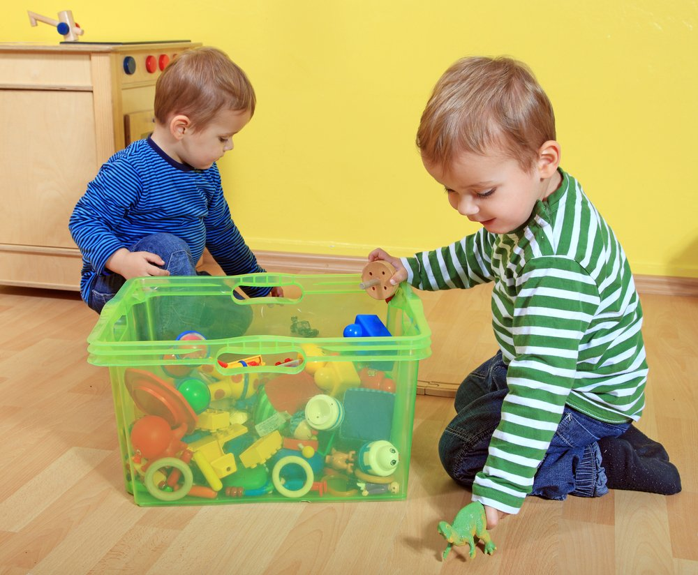 dvaja chlapci sa hrajú v detskej izbe