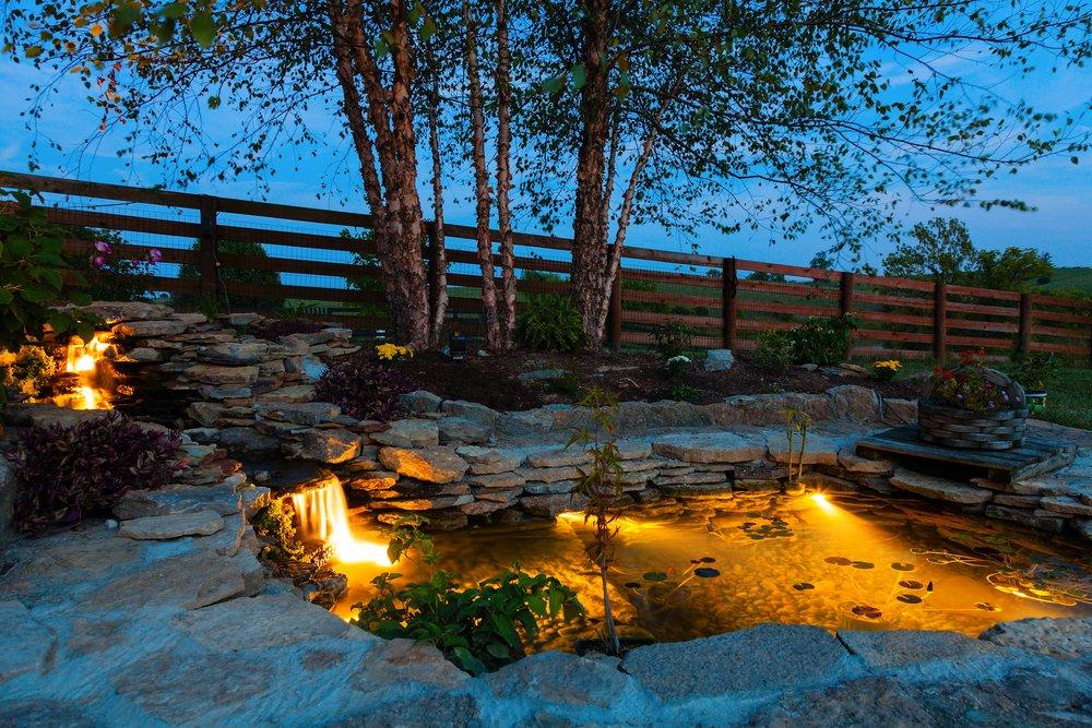 Osvetlené záhradné jazierko