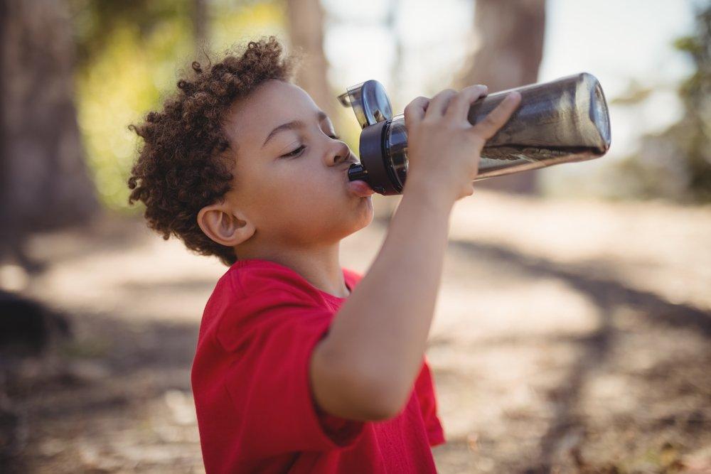 Zdravá fľaša môže byť aj plastová - dieťa pijúce vodu z plastovej fľaše