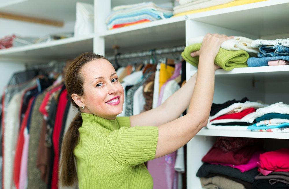 žena ukladá oblečenie do skrine