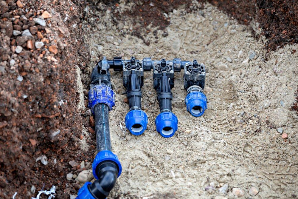 Automatická závlaha trávnika: ventily pre jednotlivé vetvy a potrubie