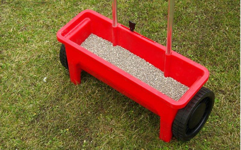Hnojenie trávnika na jar - posypový vozík s hnojivom