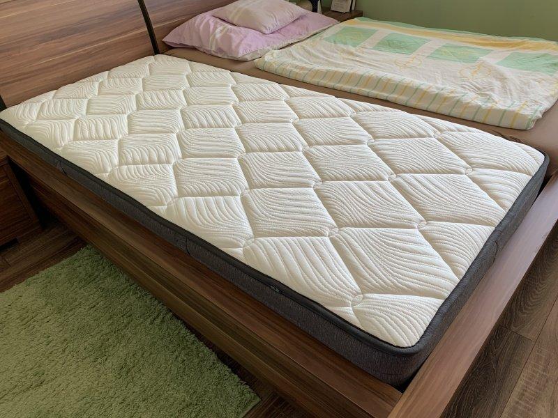 Biely matrac jednolôžko na posteli