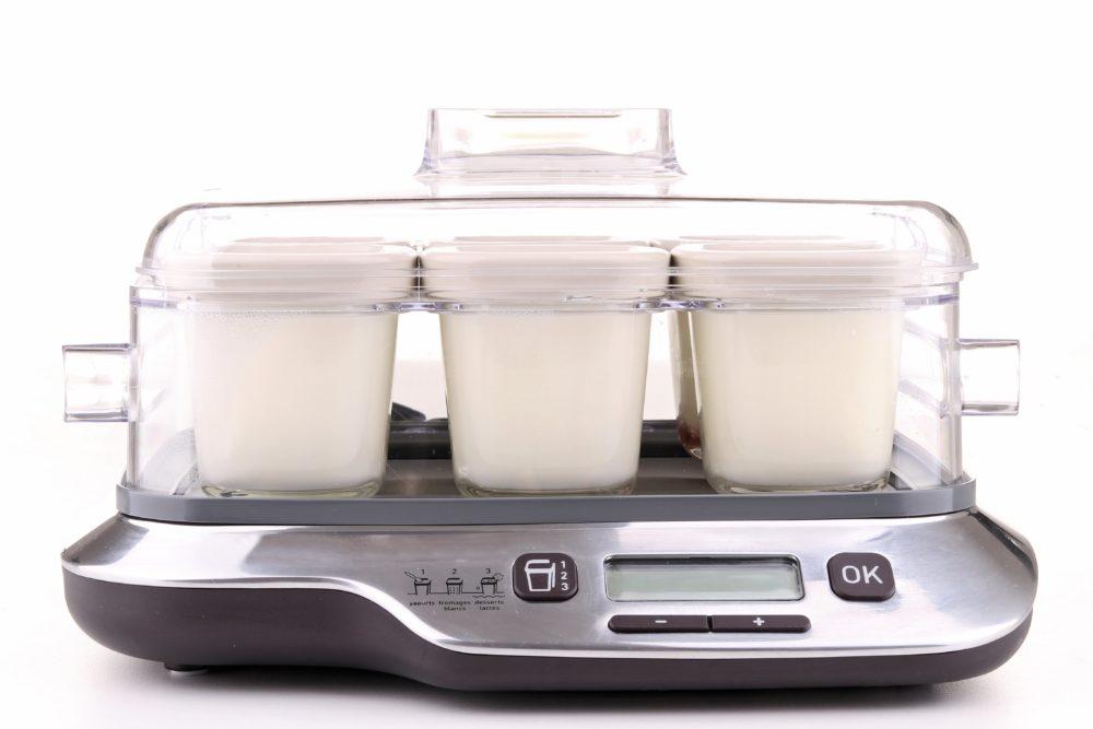 Jogurtovač s viacerými samostatnými nádobami