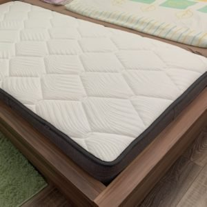 Matrac na posteli pre jednu osobu