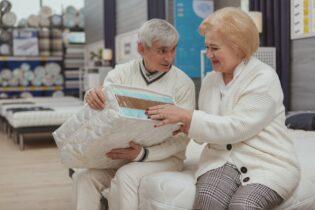 Manželia si vyberajú matrac pre seniorov