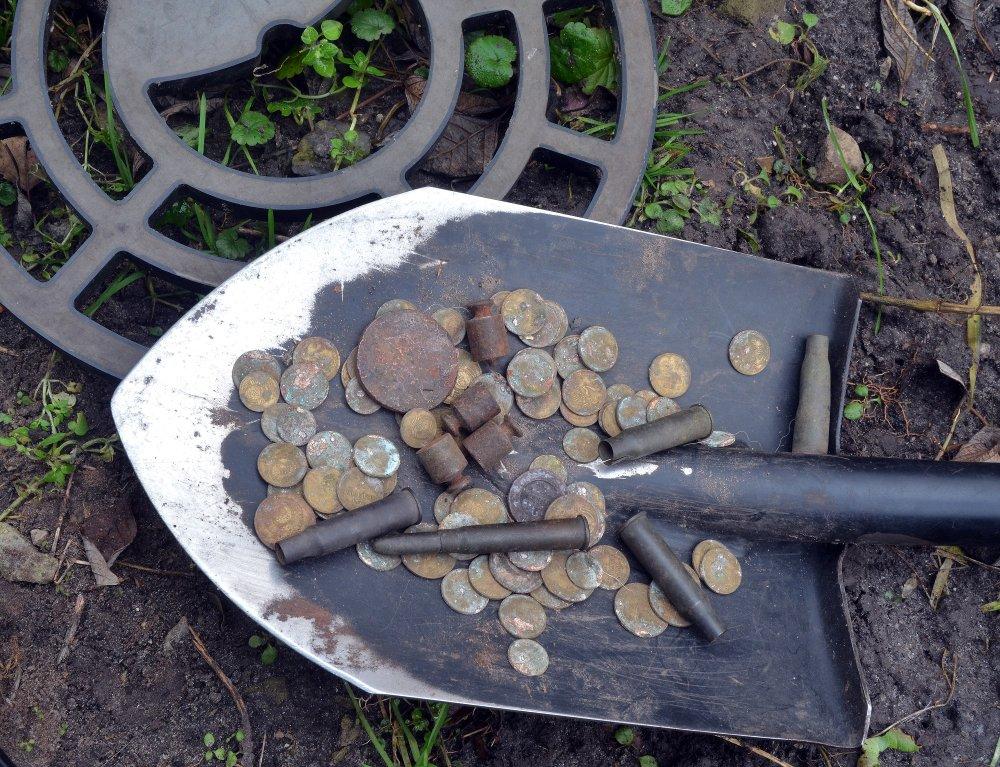 Mince a nábojnice nájdené pomocou detektora kovov