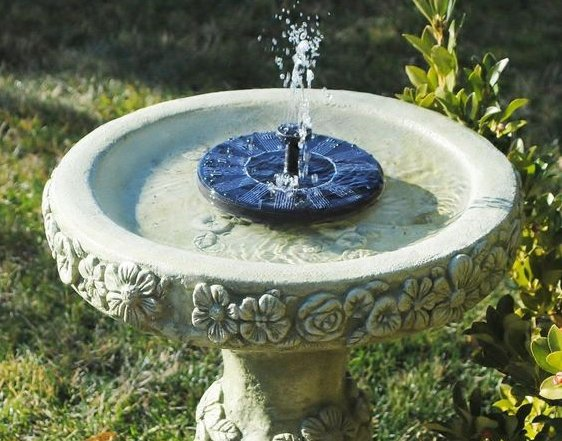 Solárna fontána v záhrade