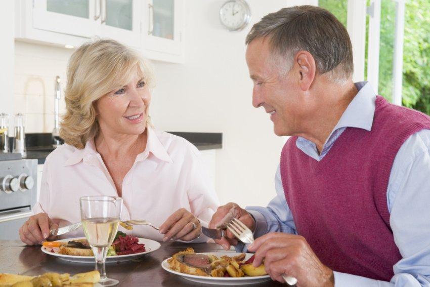 Manželský pár seniorov obeduje