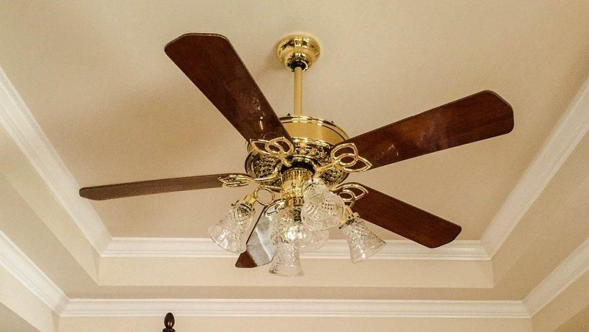 Retro stropný ventilátor so svietidlom
