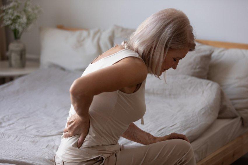 Žena s bolesťou chrbta