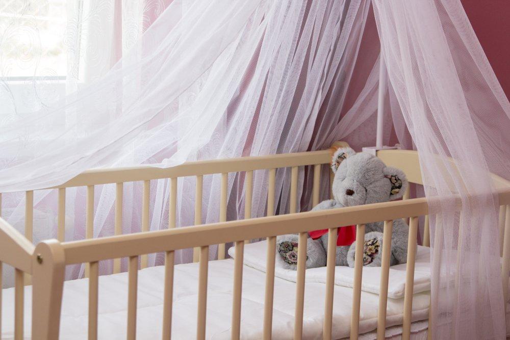 Drevená postieľka pre novorodencov