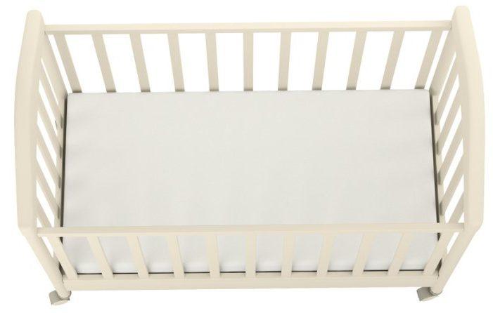 biely detský matrac v jednoduchej bielej postieľke