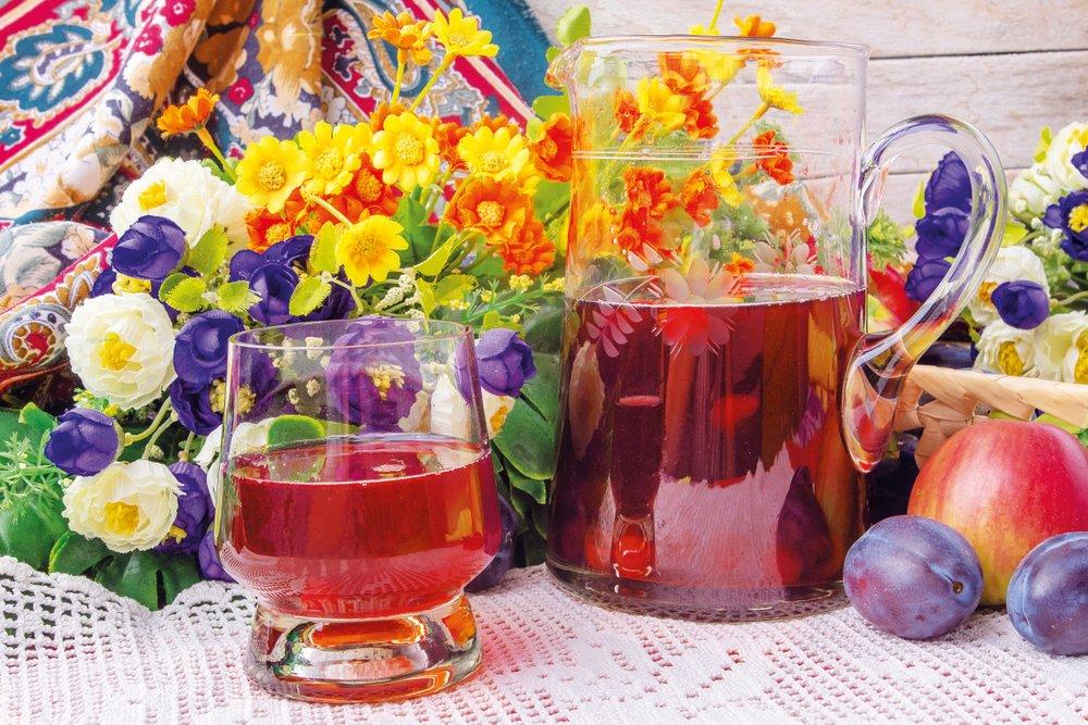 Šťava z drienok v džbáne a pohári