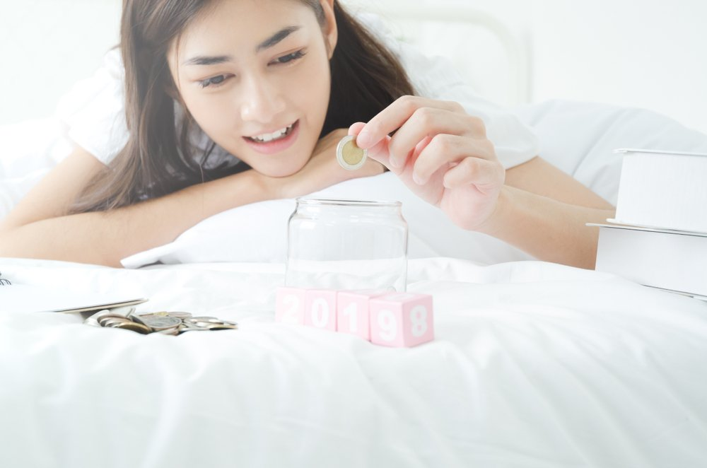 Žena ráta mince na matraci