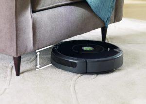 iRobot Roomba 606 - pod gaučom