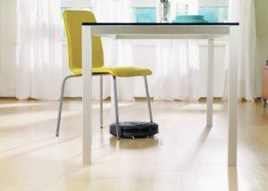 iRobot Roomba 606 - pod stolom