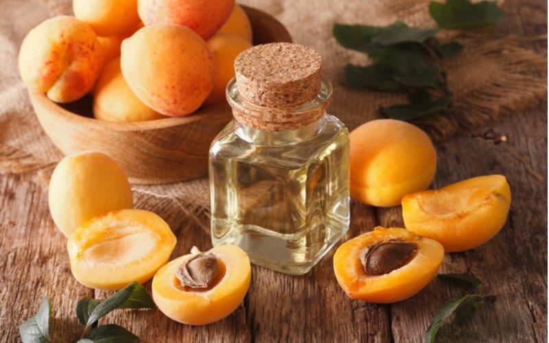 Marhule a marhuľový olej vo fľaške