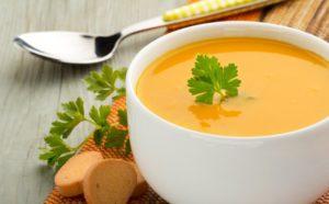 Plná miska polievky zo sladkých zemiakov