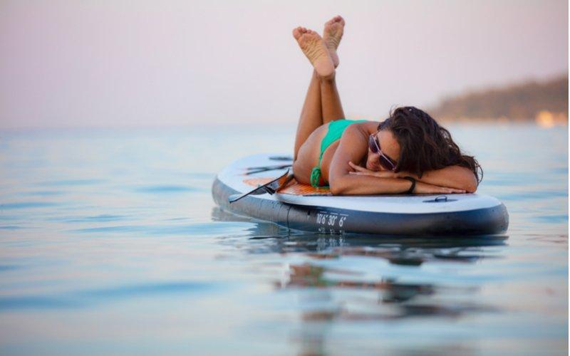 Relaxujúca žena na paddleboarde