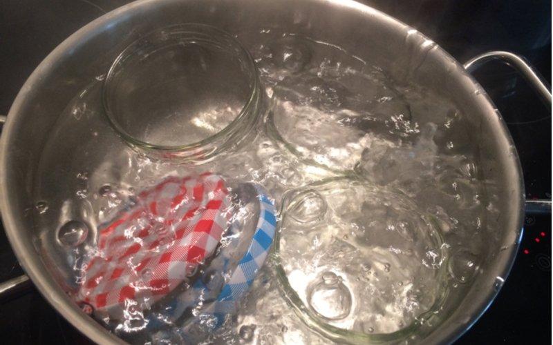 Sterilizácia zaváracích pohárov a viečok v hrnci