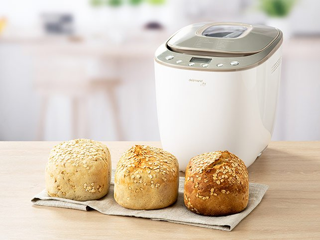 Tri upečené chleby a domáca pekáreň