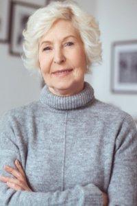 Staršia pani v sivom svetri