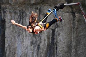 Žena skáče bungee jumping