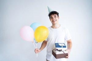 Chlapec s balónmi a darčekmi
