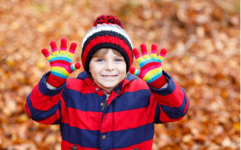 Chlapec vo farebnom oblečení