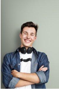 Usmievavý mladý chlapec