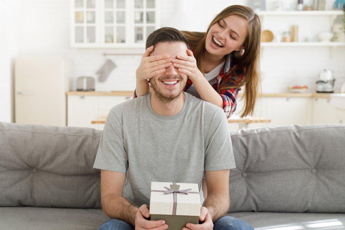 Žena obdarovala muža darčekom
