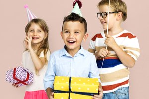 Usmiate deti s darčekmi