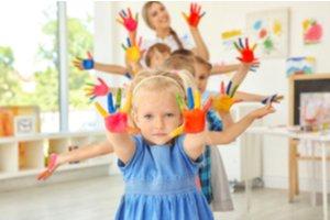 Deti v škôlke s pomaľovanými rukami