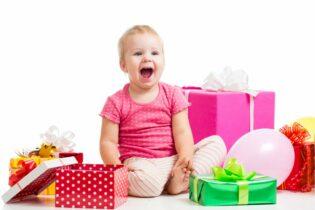 Usmiate dieťa s darčekmi