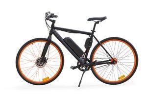 Čierny elektrický bicykel