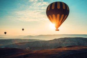 Let balónom pri západe slnka