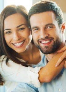 Šťastná žena s mužom