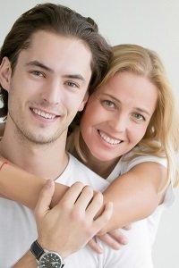 Žena objíma muža