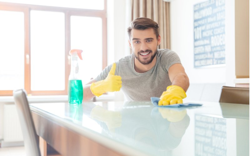 Usmiaty muž upratuje domácnosť