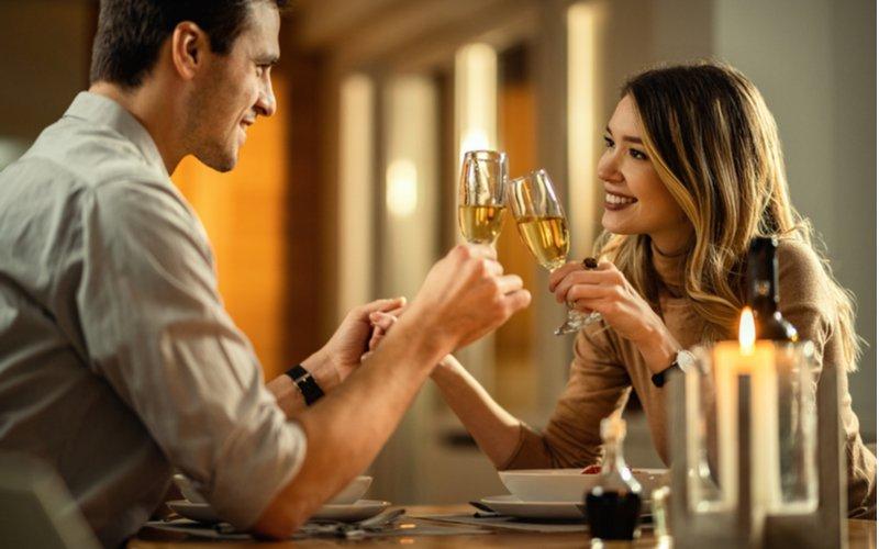 Muž a žena na večeri v reštaurácii