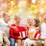 Šesťčlenná rodina otvára darčeky
