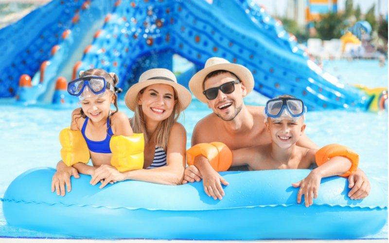 Štvorčlenná rodina v aquaparku