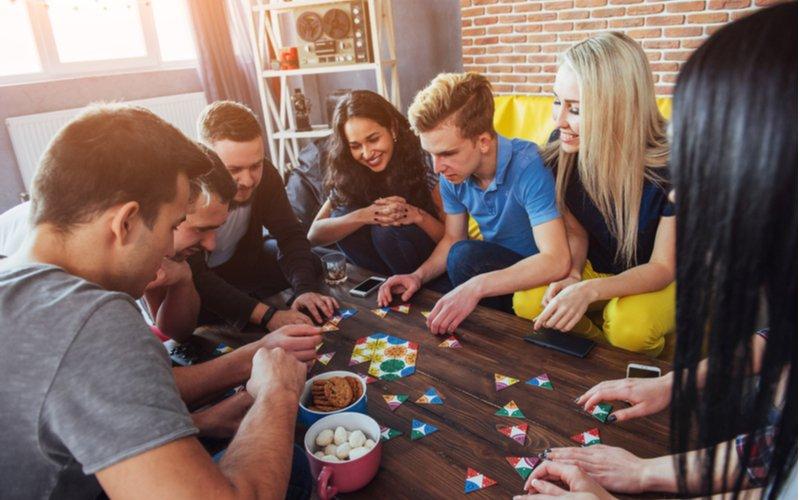 Mladí ľudia hrajú spoločenské hry