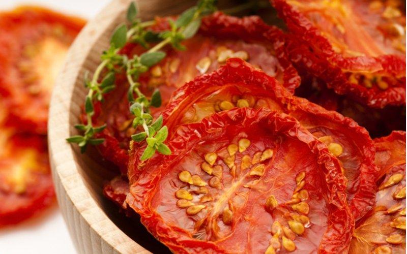 Sušené paradajky v drevenej mise