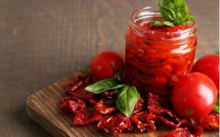 Sušené paradajky v pohári a na doske