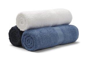 Biely, čierny a modrý uterák