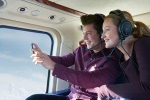 Žena s mužom letia v lietadle