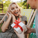 Muž daroval vysmiatej žene darček